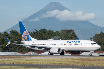 N26215 - United Airlines Boeing 737-800