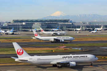 JA615J - JAL - Japan Airlines - Airport Overview - Runway, Taxiway