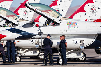 - - USA - Air Force : Thunderbirds General Dynamics F-16CJ Fighting Falcon