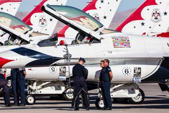 - - USA - Air Force : Thunderbirds General Dynamics F-16CJ Fighting Falcon