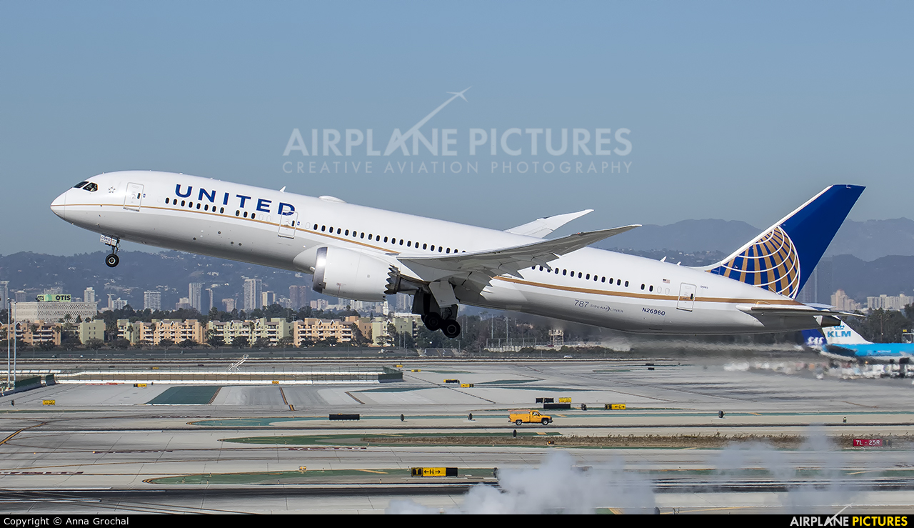 United Airlines N26960 aircraft at Los Angeles Intl