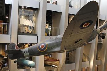 R6915 - Royal Air Force Supermarine Spitfire