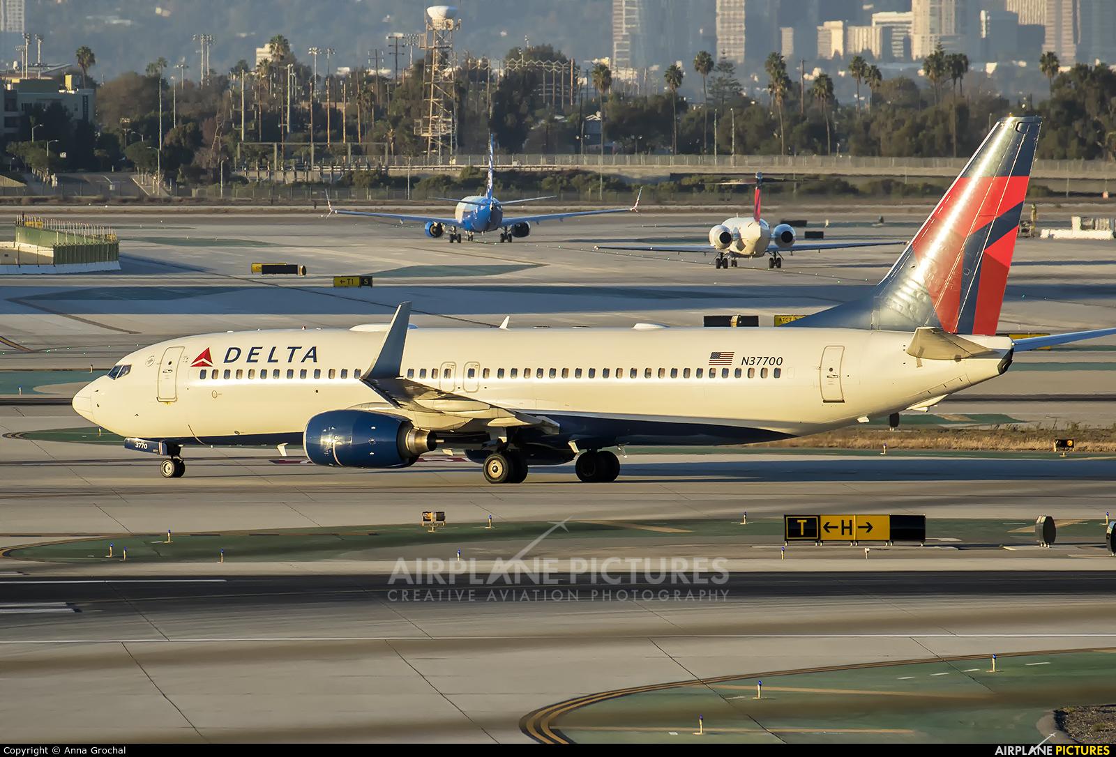 Delta Air Lines N37700 aircraft at Los Angeles Intl
