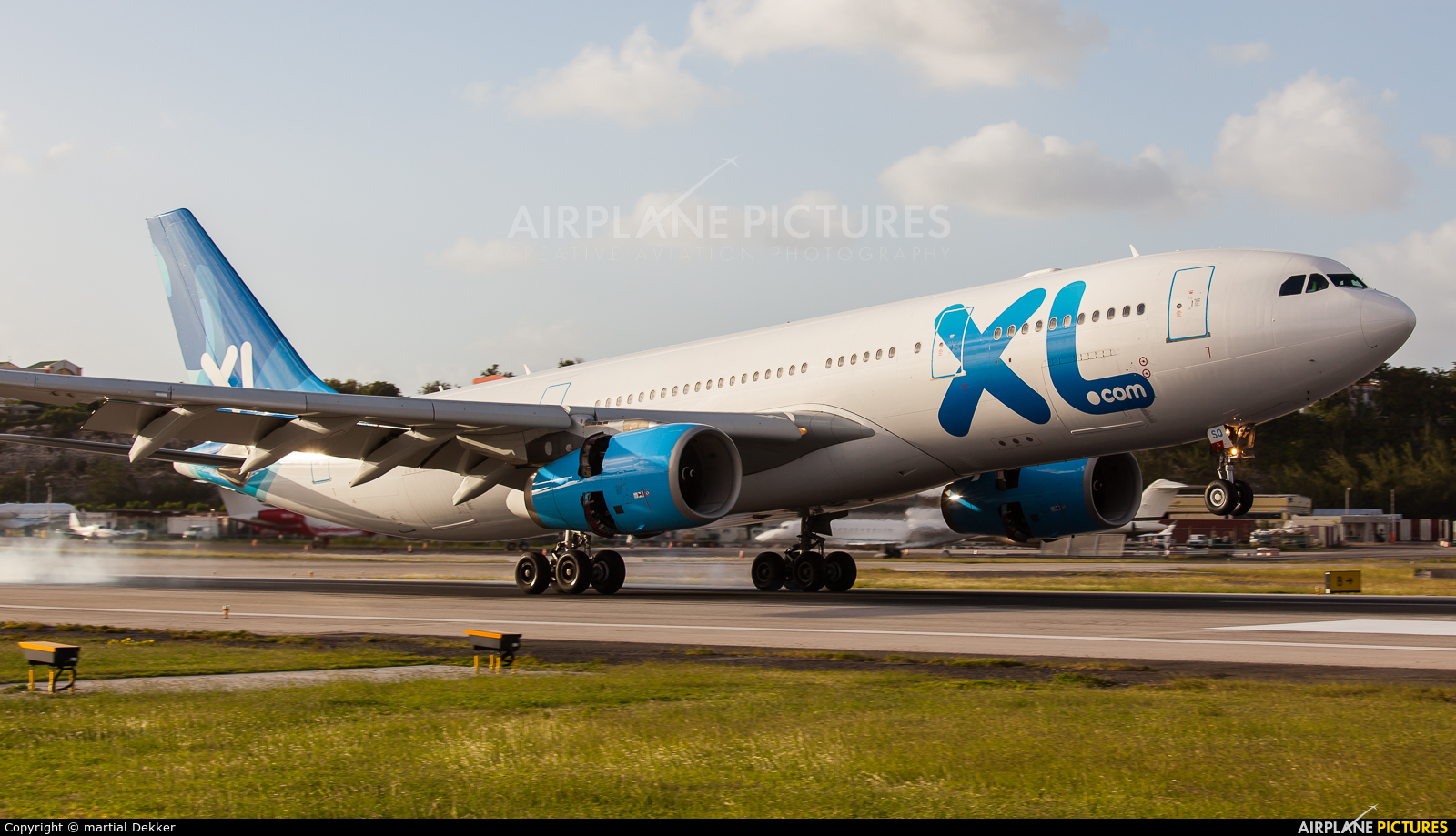 F grsq xl airways france airbus a330 200 at sint maarten for Airbus a330 xl airways interieur