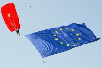 - - Compact Skydive Parachute Parachutist