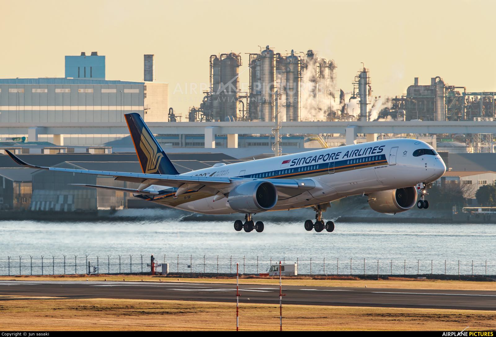 Singapore Airlines 9V-SMF aircraft at Tokyo - Haneda Intl