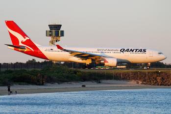 VH-EBP - QANTAS Airbus A330-200