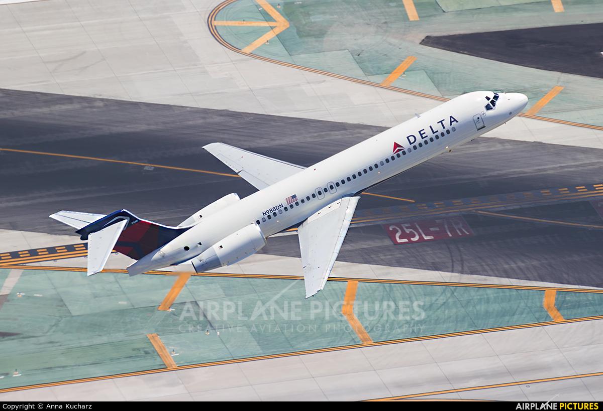 Delta Air Lines N988DN aircraft at Los Angeles Intl