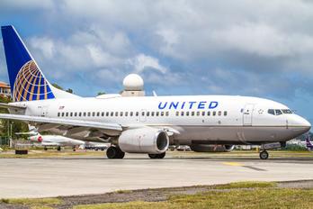 N16713 - United Airlines Boeing 737-700
