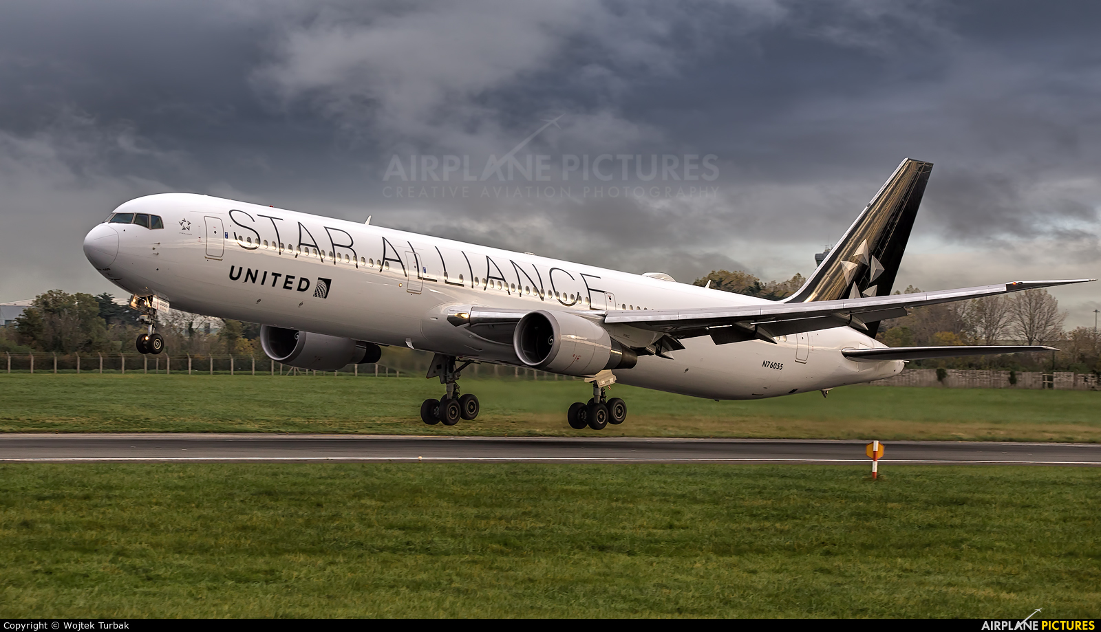 United Airlines N76055 aircraft at Dublin