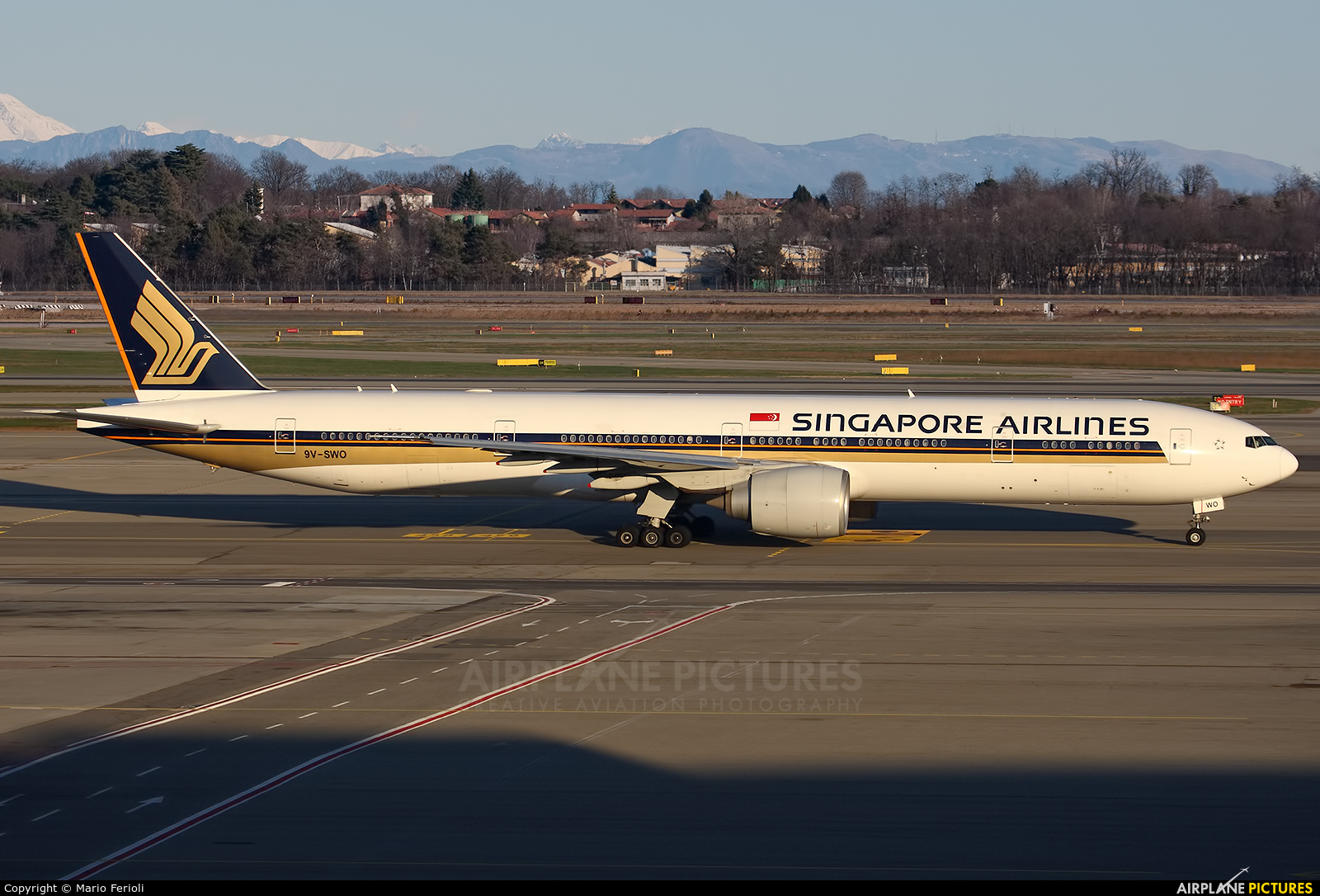 Singapore Airlines 9V-SWO aircraft at Milan - Malpensa