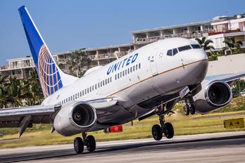 N13716 - United Airlines Boeing 737-700