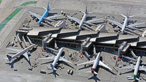 - - United Airlines - Airport Overview - Apron aircraft