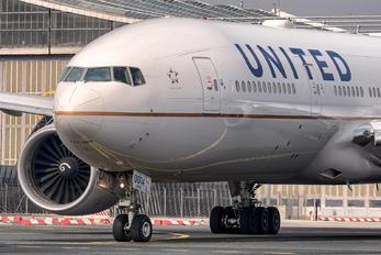 N77014 - United Airlines Boeing 777-200ER