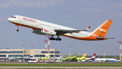 RA-64017 - Red Wings Tupolev Tu-204