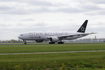N76021 - United Airlines Boeing 777-200ER