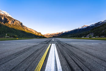 LSMM - - Airport Overview - Airport Overview - Runway, Taxiway
