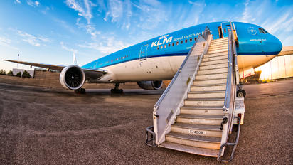 - - KLM Boeing 777-300