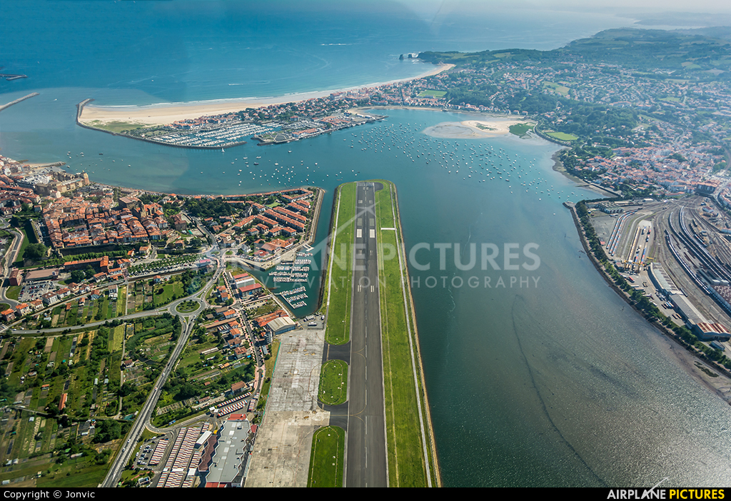 - Airport Overview - aircraft at San Sebastian