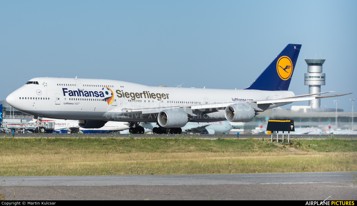 d abyi lufthansa boeing 747 8 at toronto pearson intl. Black Bedroom Furniture Sets. Home Design Ideas