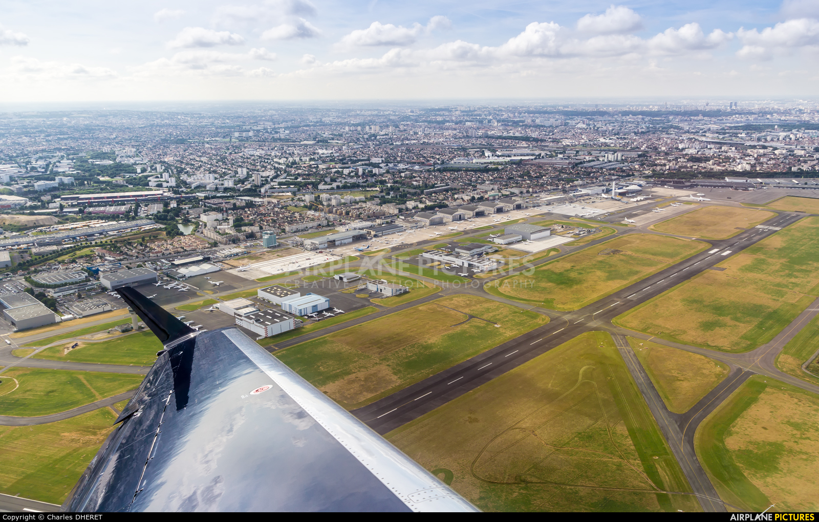 - Airport Overview - aircraft at Paris - Le Bourget