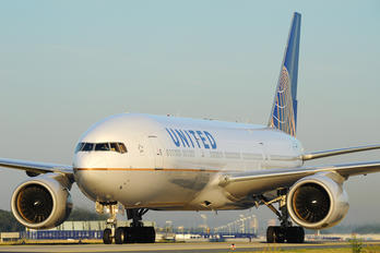 N219UA - United Airlines Boeing 777-200ER