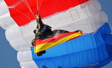 NONE - Parachute Parachute Parachutist
