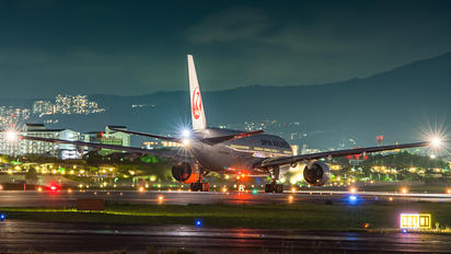 - - JAL - Japan Airlines Boeing 777-200
