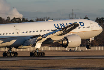 N225UA - United Airlines Boeing 777-200ER