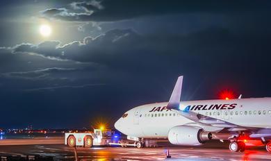 JA324J - JAL - Japan Airlines Boeing 737-800
