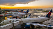 AMS - - Airport Overview - Airport Overview - Apron aircraft