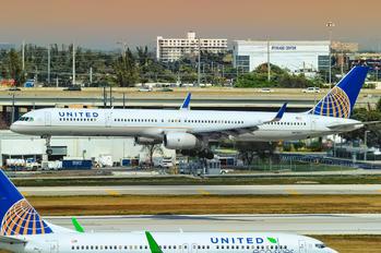 N77871 - United Airlines Boeing 757-300