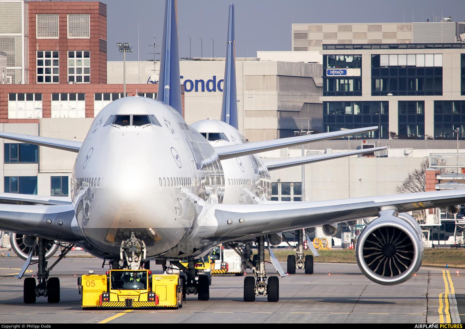 Lufthansa D-ABYR aircraft at Frankfurt