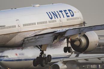 N78008 - United Airlines Boeing 777-200