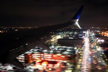 N37273 - United Airlines Boeing 737-800