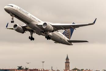 N33132 - United Airlines Boeing 757-200