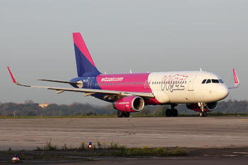 HA-LYQ - Wizz Air Airbus A320