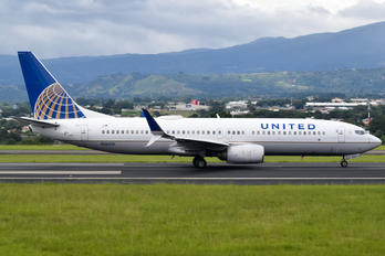 N26215 - United Airlines Boeing 737-800