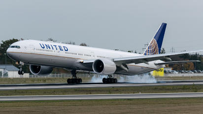 N2142U - United Airlines Boeing 777-300ER