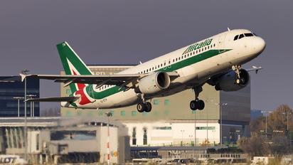 EI-DTH - Alitalia Airbus A320
