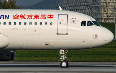 D-AVVO - China Eastern Airlines Airbus A320