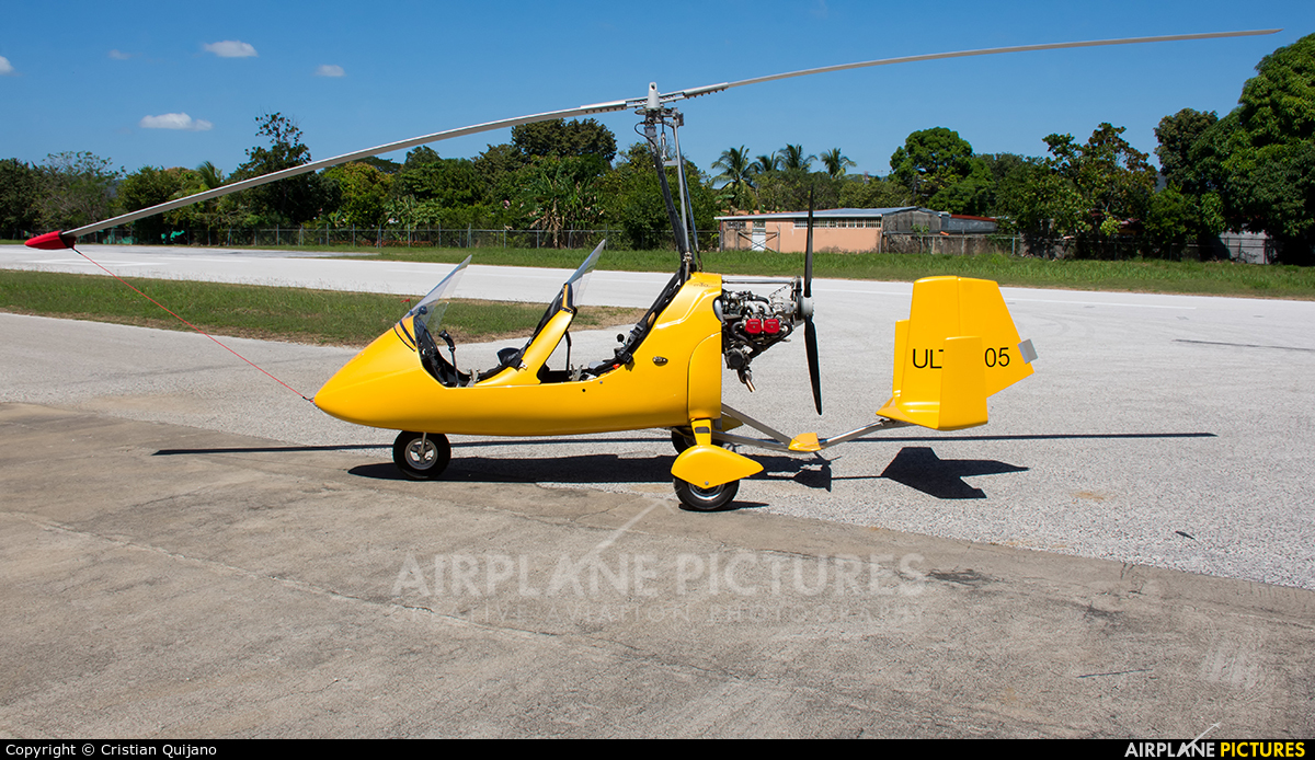 Private ULTI-105 aircraft at Nicoya