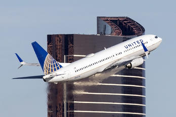 N26226 - United Airlines Boeing 737-800