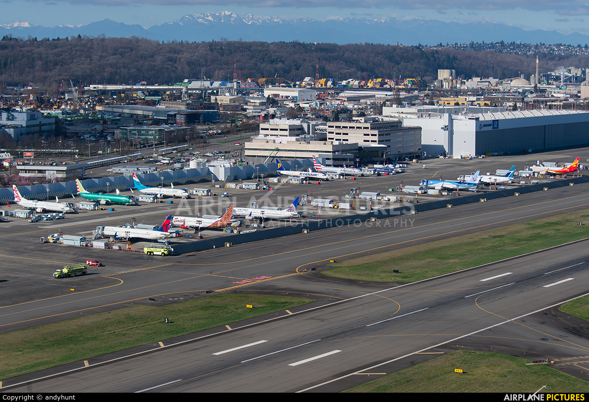 - Airport Overview - aircraft at Seattle - Boeing Field / King County Intl
