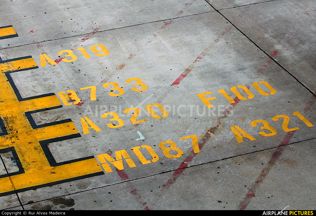 - Airport Overview - aircraft at Lisbon