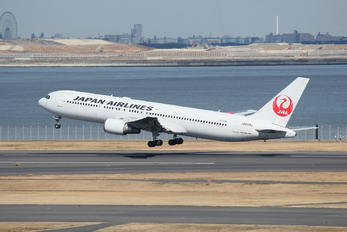 JA658J - JAL - Japan Airlines Boeing 767-300ER