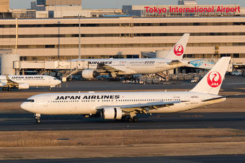 JA659J - JAL - Japan Airlines Boeing 767-300ER