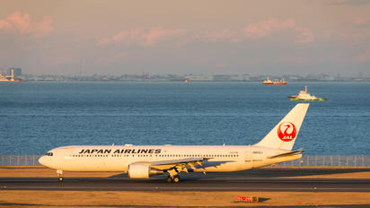 JA612J - JAL - Japan Airlines Boeing 767-300ER