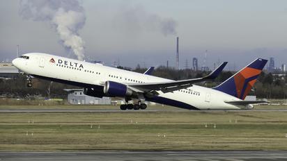 N1608 - Delta Air Lines Boeing 767-300ER