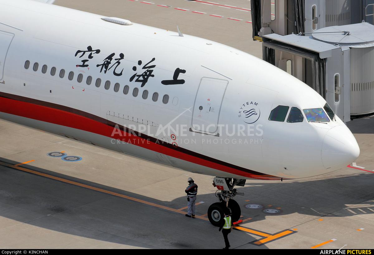 Shanghai Airlines B-6096 aircraft at Tokyo - Haneda Intl